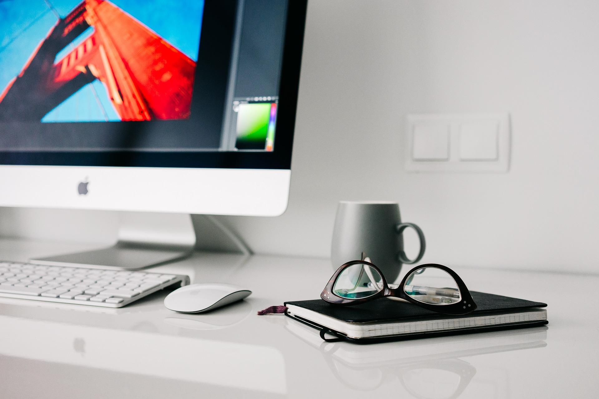 macbook väreillä kuvastamassa saavutettavuussa
